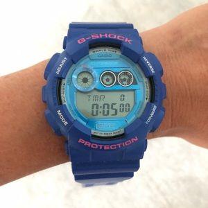 G-Shock Watch Blue hot pink detail